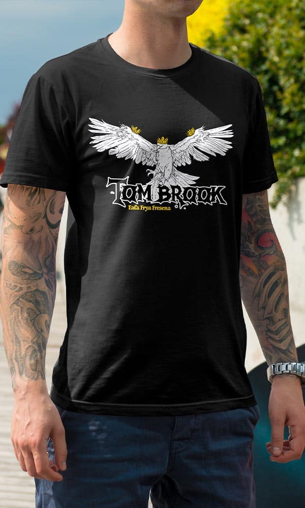 Man sieht einen Mann mit einem T-Shirt vom Ostfriesland Merchadise