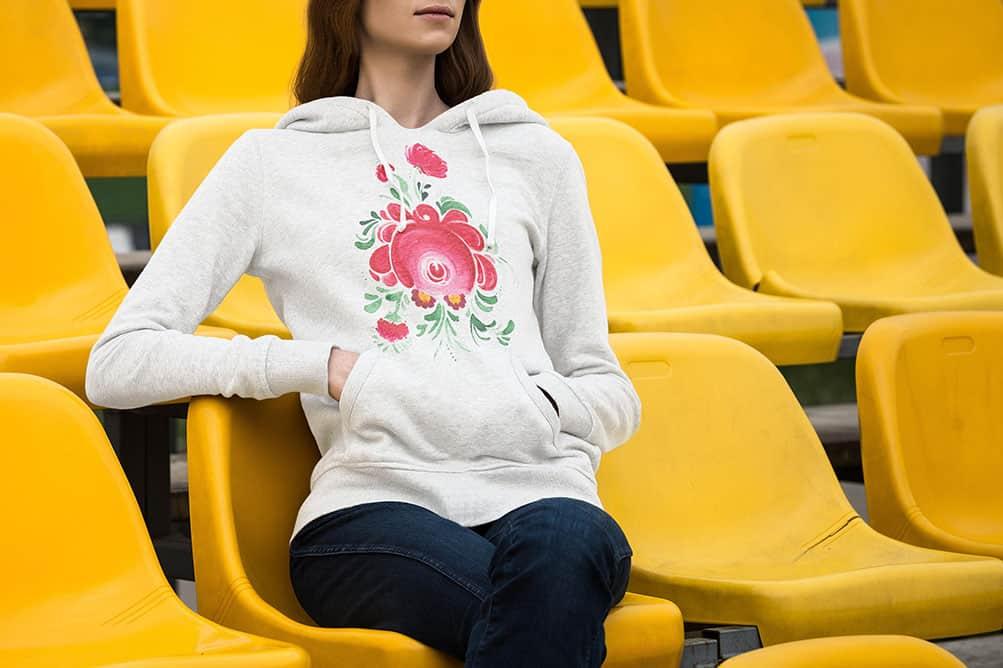Man sieht eine Frau mit einem Hoodie vom Ostfriesland Merchadise