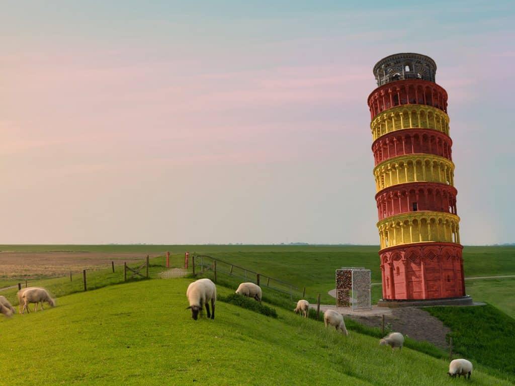Auf diesem Bild sieht man den Schiefen Turm von Pisa, gestellt auf den Platz vom Ottoturm (Leuchturm) in Pilsum